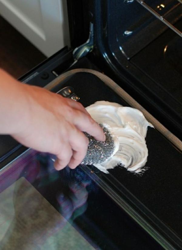 utilisation crème à raser nettoyage four