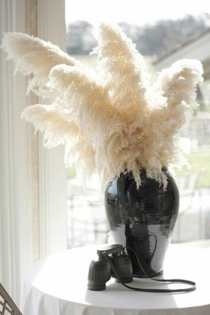 vase noir avec herbe de la pampa