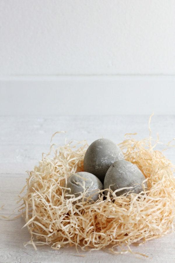 Comment faire des œufs de Pâques décoratifs en béton déco nid en copeaux de papier