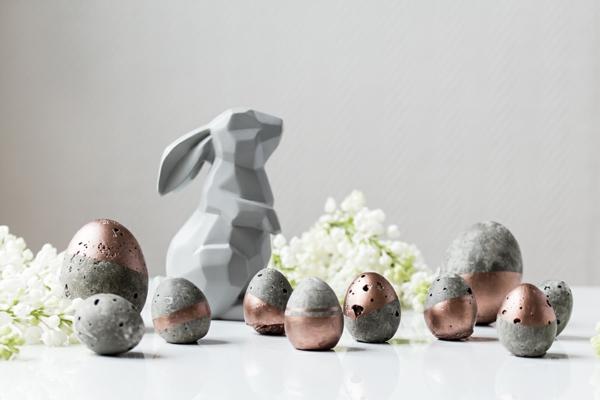 Comment faire des œufs de Pâques décoratifs en béton oeufs dorés étape 1 déco peinture acrylique