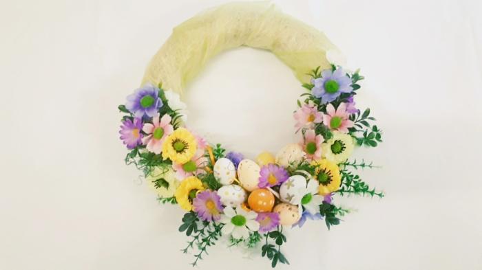 activité manuelle printemps déco porte d'entrée couronne avec des oeufs colorés