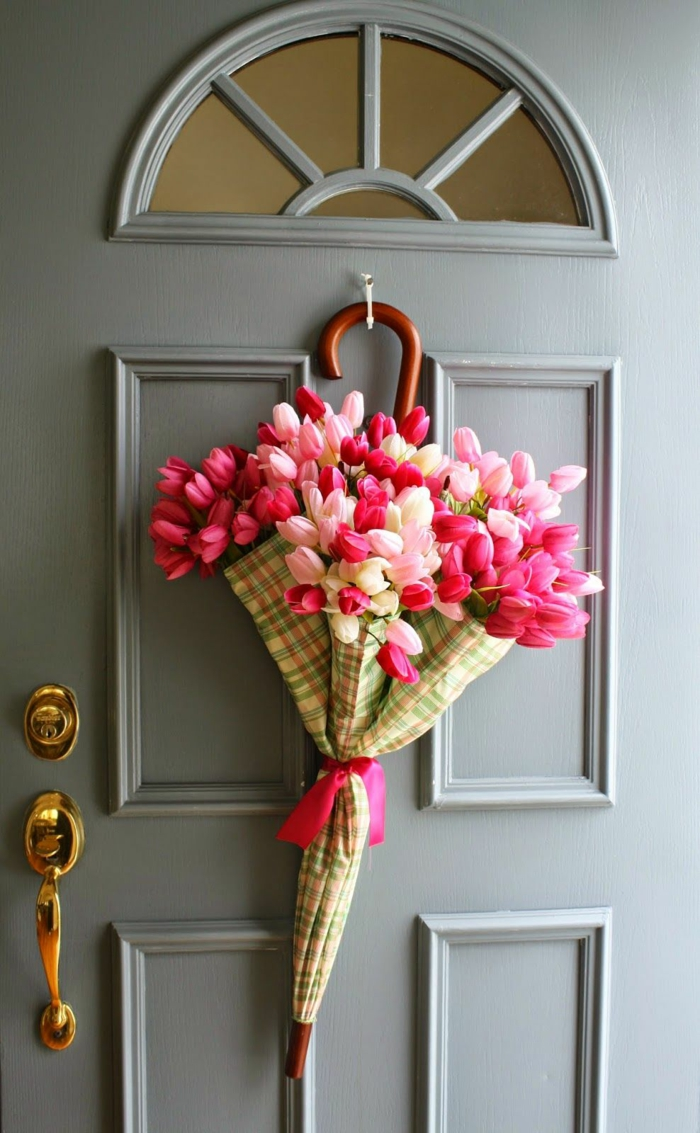 activité manuelle printemps parapluie et tulipes pour la porte d'entrée
