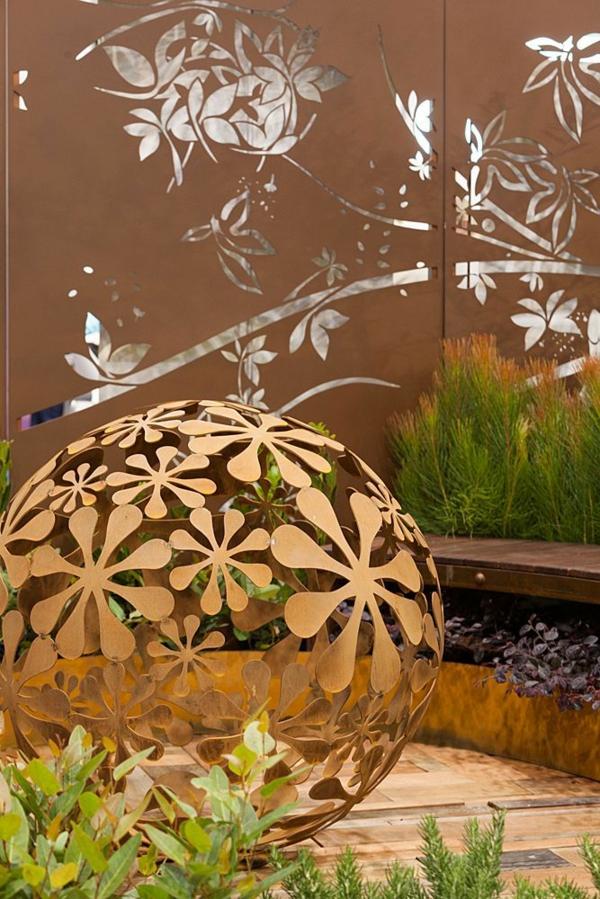 boule décorative géante idée déco jardin métal rouillé