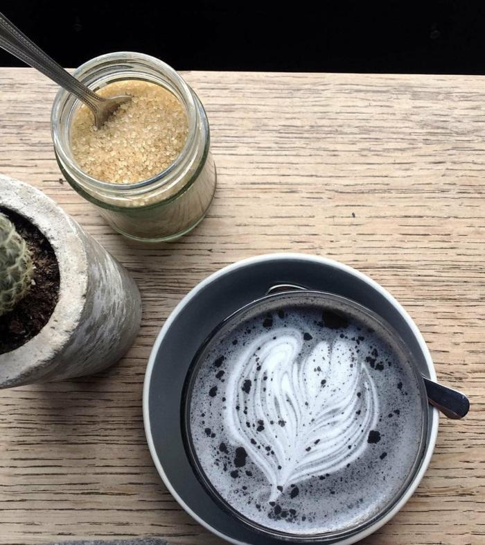 café au lait et au charbon végétal
