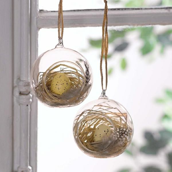 déco fenêtre pour pâques boules transparentes oeufs de pâques