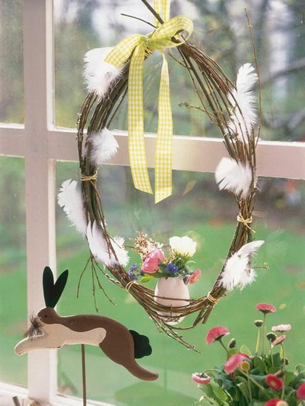 déco fenêtre pour pâques couronne diy brindilles plumes