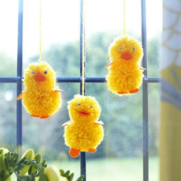 déco fenêtre pour pâques diy poussins en pompons