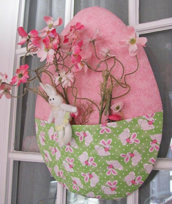 déco fenêtre pour pâques grand oeuf en textile