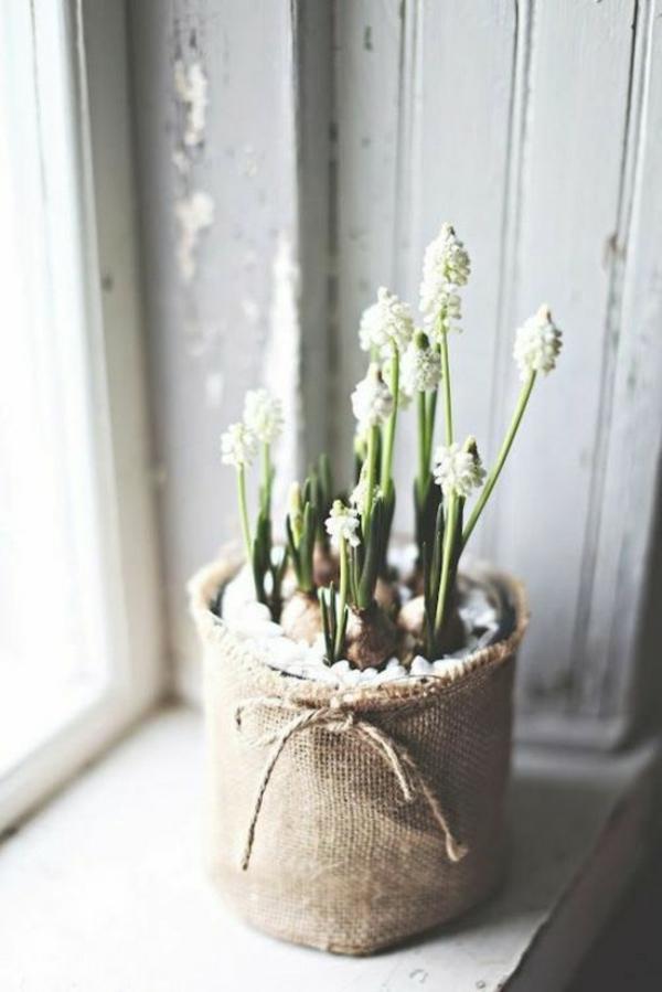 déco fenêtre pour pâques pot de fleur toile de jute