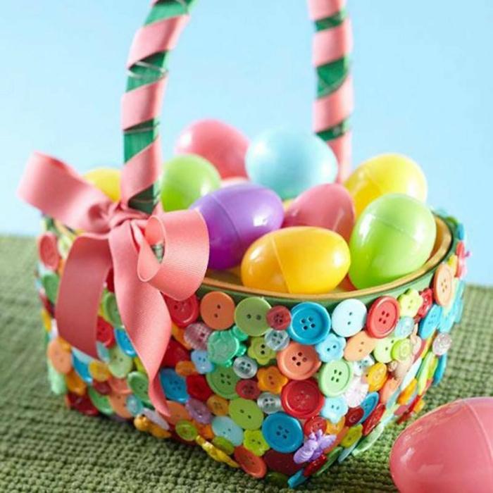 déco panier de Pâques avec des boutons