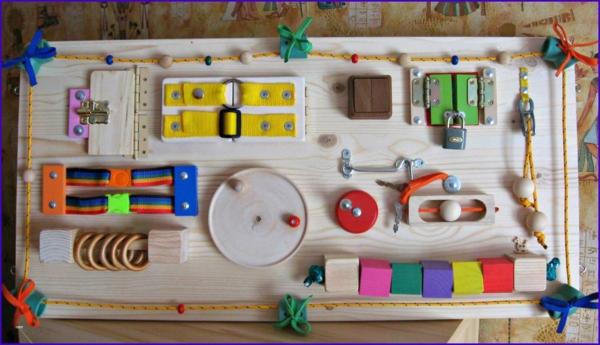 fabriquer soi-même un panneau sensoriel montessori