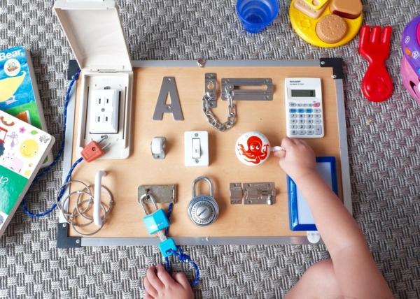 faire un panneau sensoriel montessori enfants