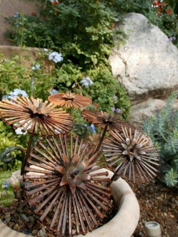 fleurs en fer idée déco jardin métal rouillé