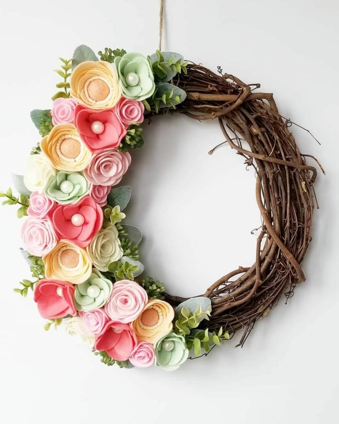 fleurs en feutrine déco porte activité manuelle printemps