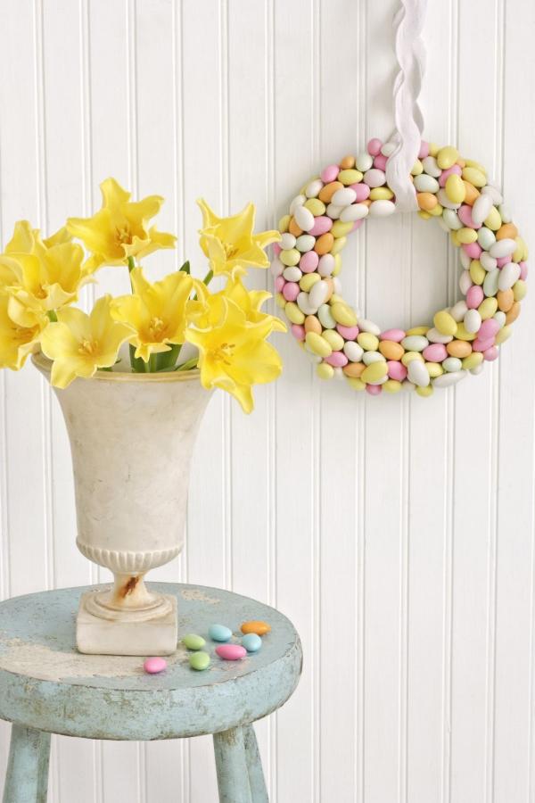 idée déco balcon pour Pâques couronne de bonbons