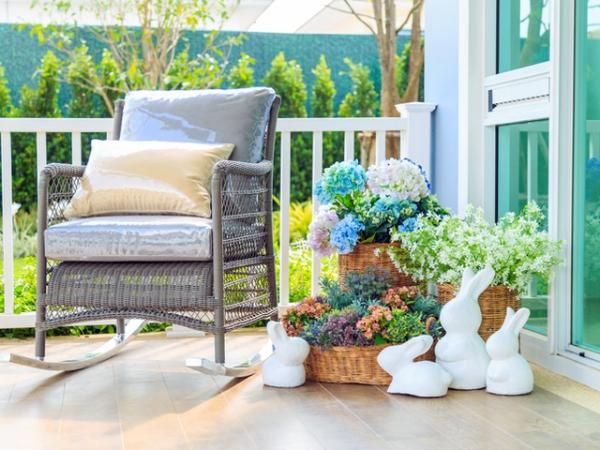 idée déco balcon pour Pâques fauteuil et jardinières