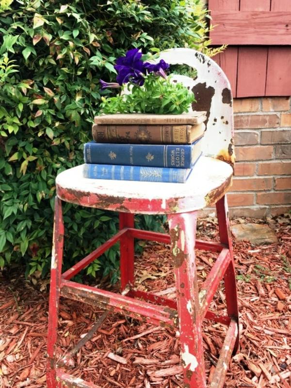 idée déco jardin métal rouillé arrangement floral chaise