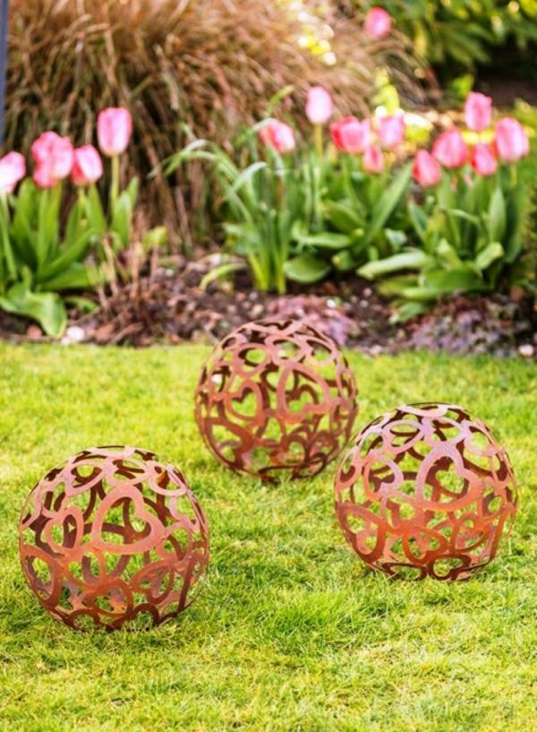 idée déco jardin métal rouillé boules décoratives
