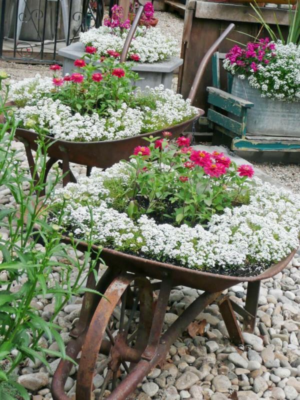 idée déco jardin métal rouillé brouette contennat de fleurs