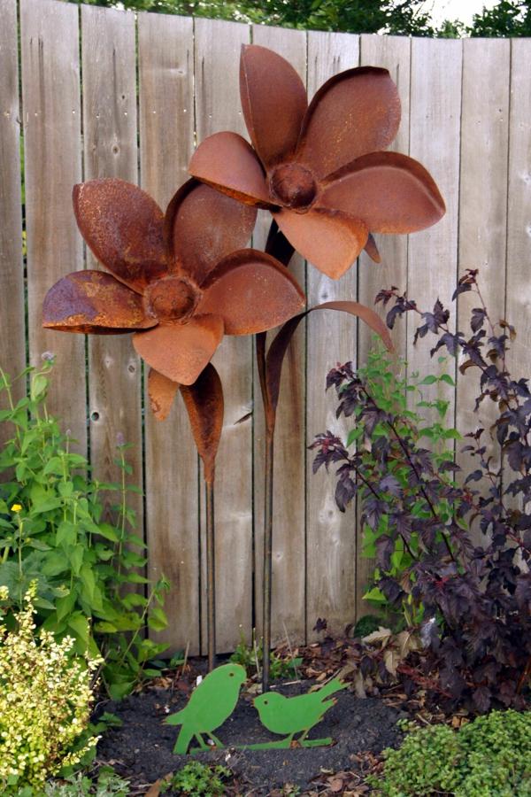 idée déco jardin métal rouillé fleurs géantes