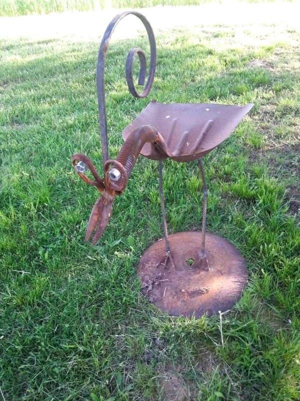 idée déco jardin métal rouillé oiseau fait en outils de jardinage