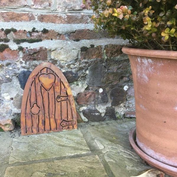 idée déco jardin métal rouillé porte maison de gnomes
