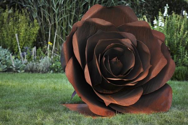 idée déco jardin métal rouillé rose géante