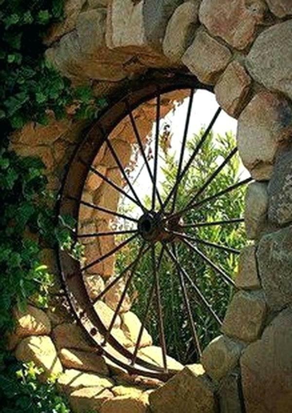 idée déco jardin métal rouillé roue de wagon clôture jardin