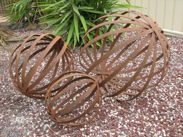 idée déco jardin métal rouillé sphères