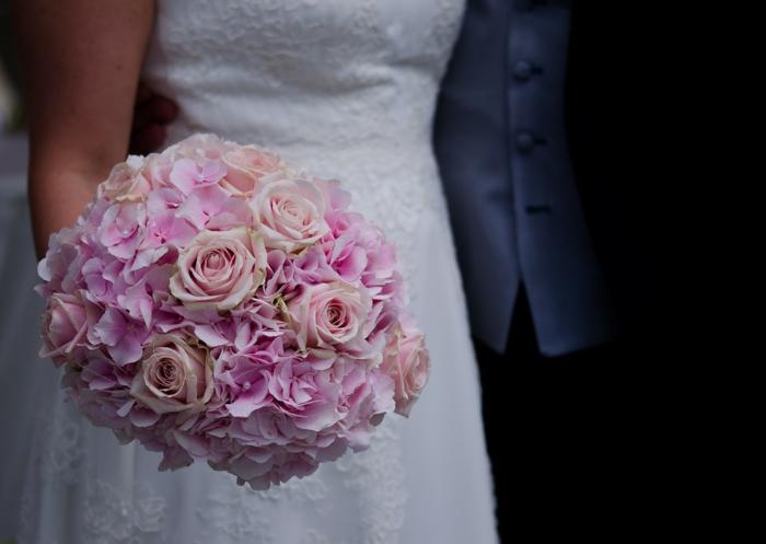 offrir un bouquet de fleurs en rose pour un mariage