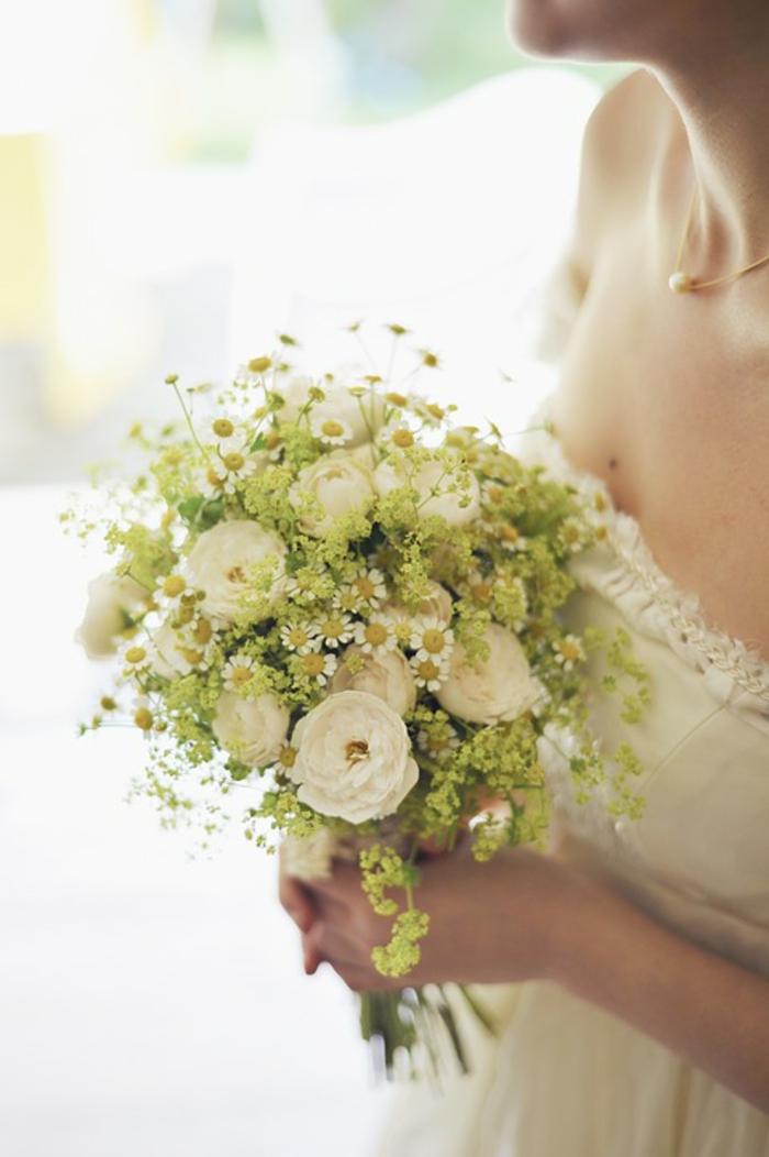 offrir un bouquet de fleurs pour mariage