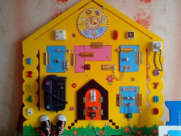 panneau sensoriel montessori développement de la concentration de l'enfant