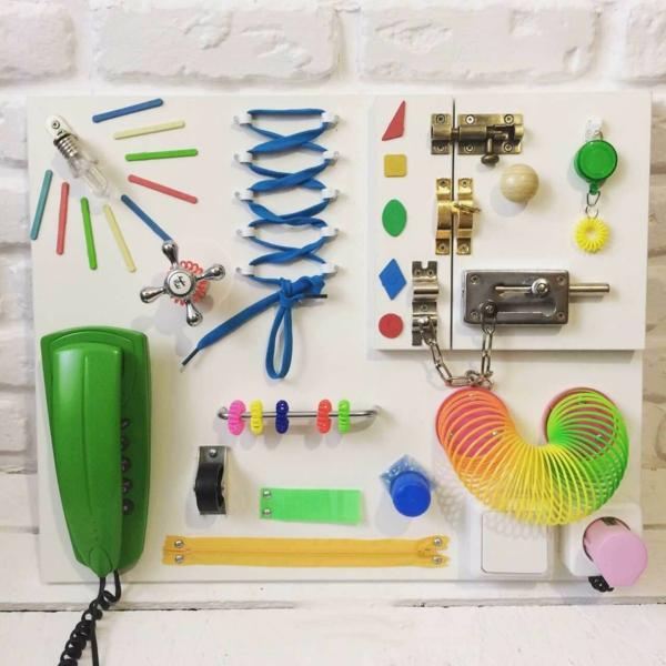 panneau sensoriel montessori développement des capacités cognitives de l'enfant