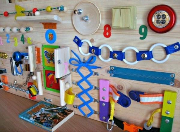panneau sensoriel montessori en bois à faire soi-même