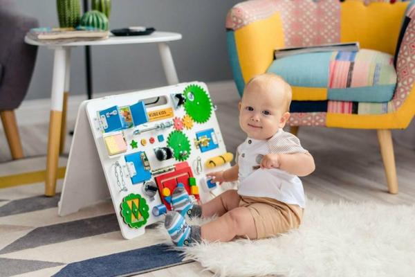 panneau sensoriel montessori travail avec les mains et le cerveau en même temps