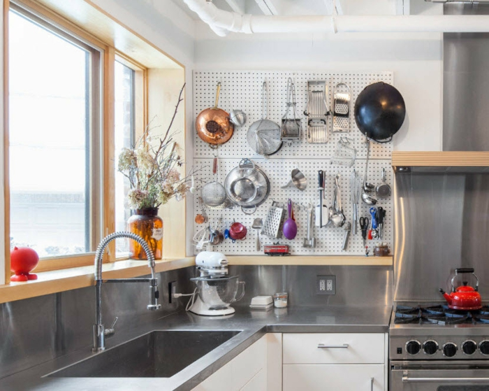pegboard en métal dans la cuisine