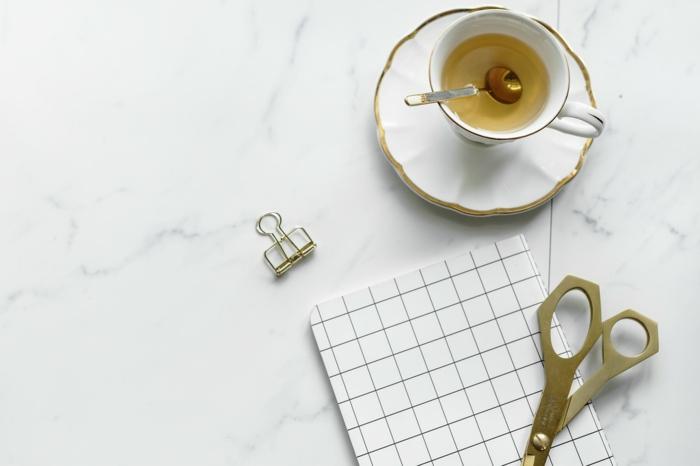 petite table basse marbre tasse à thé