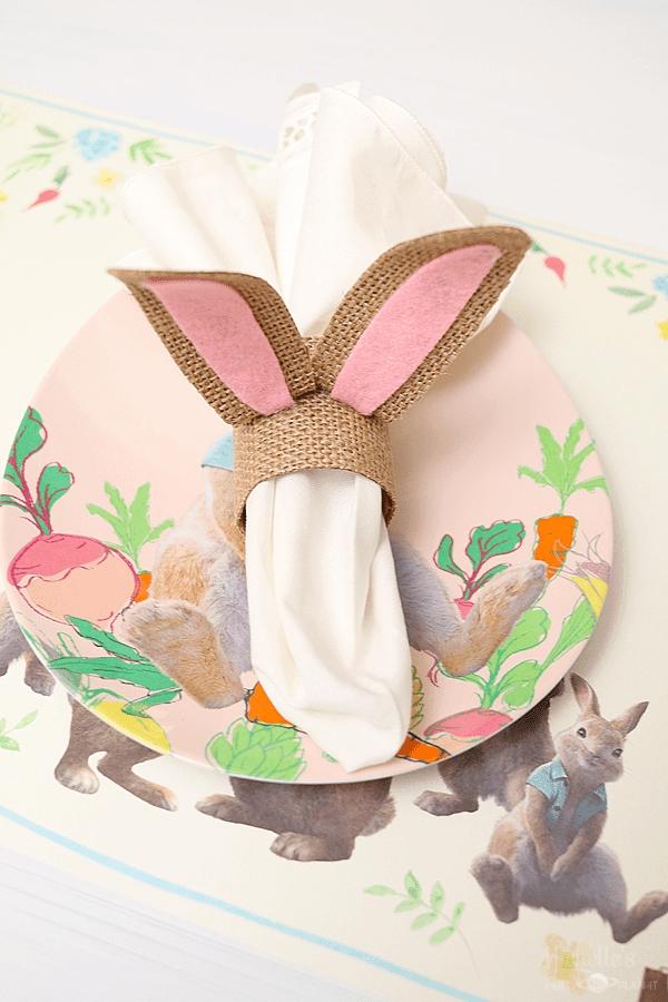 pliage serviette pâques anneau toile de jute oreilles de lapin