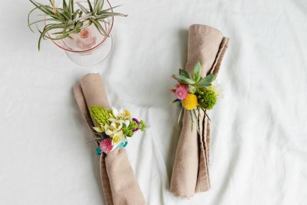 pliage serviette pâques avec fleurs vives