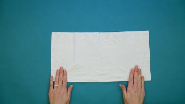 pliage serviette pâques lapin en papier étape 1