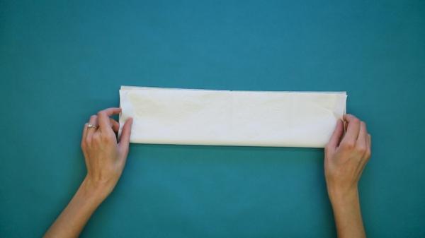 pliage serviette pâques lapin en papier étape 2