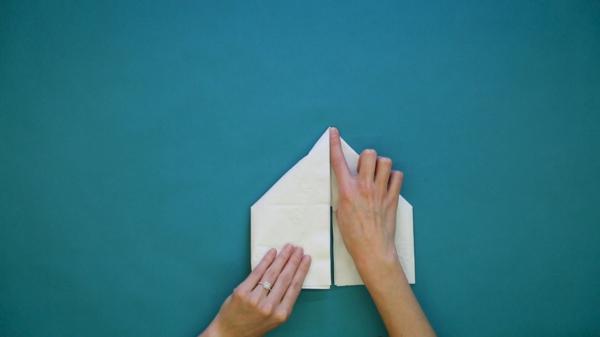 pliage serviette pâques lapin en papier étape 3