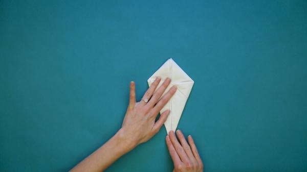 pliage serviette pâques lapin en papier étape 5