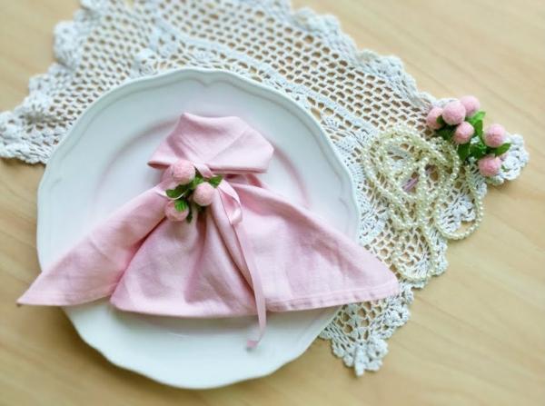 pliage serviette pâques robe rose
