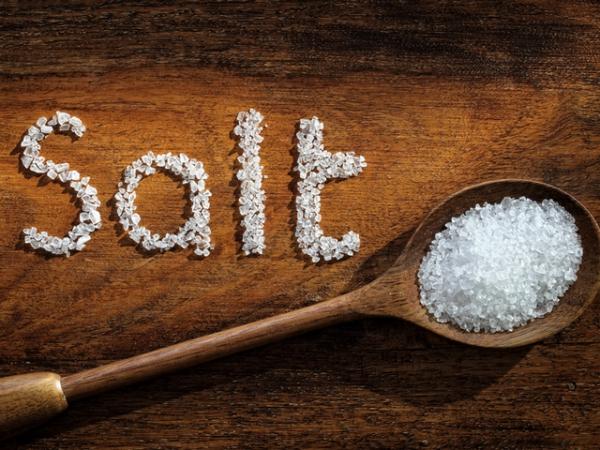 sel rose d'Himalaya des cristaux de sel blancs