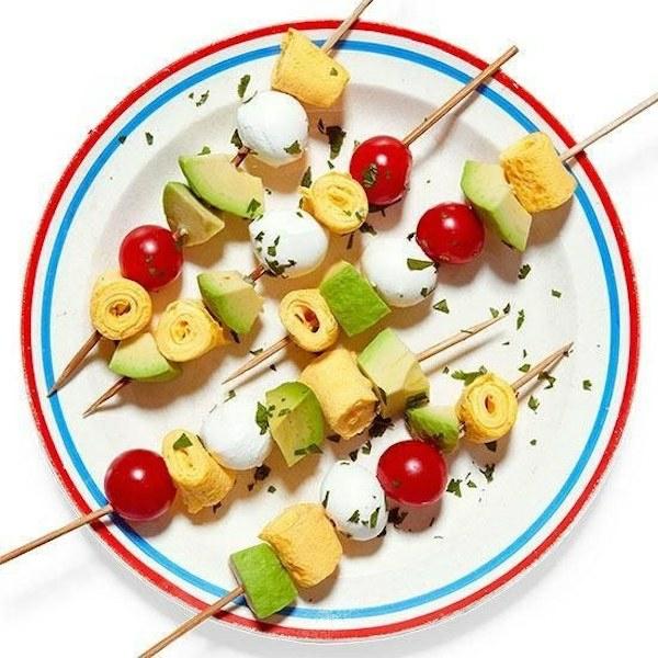 Brochette apéro - 70 idées de recettes qui mettent de l'eau à la bouche omelettes enroulées tomates avocat mozzarella