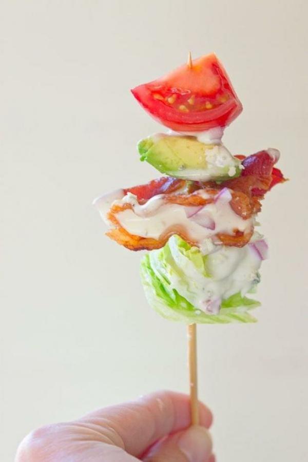 Brochette apéro - 70 idées de recettes qui mettent de l'eau à la bouche salade iceberg bacon avocat tomates sauce fromagère