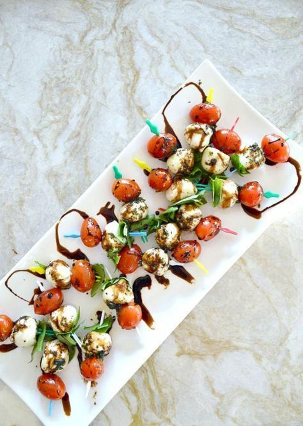 Brochette apéro - 70 idées de recettes qui mettent de l'eau à la bouche tomates cerises mozzarella basilic huile d'olive vinaigre balsamique