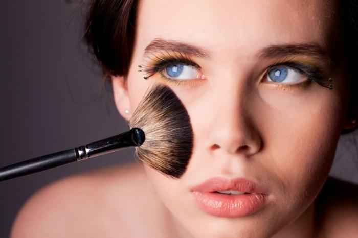 Highlighter Découvrez ses différentes méthodes d'application types de brosse maquillage