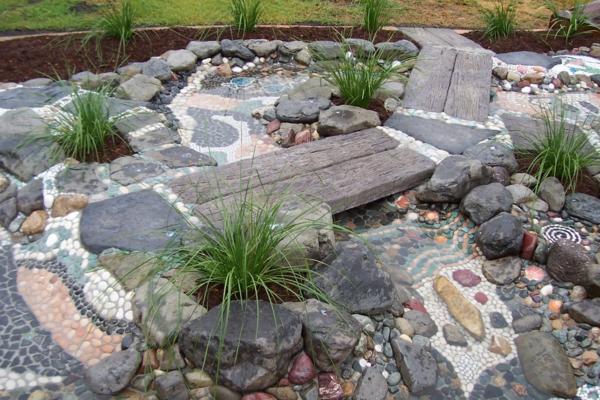 Rivière sèche à créer soi-même dans le jardin cailloux passerelle en bois